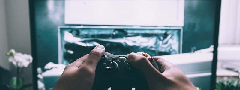 adolescente davanti a videogame