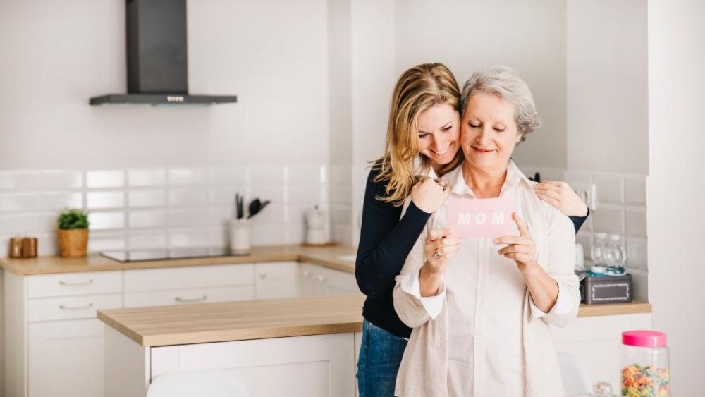 mamma e figlia si abbracciano in cucina