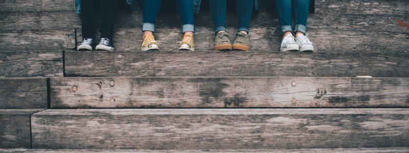 4 adolescenti seduti sui gradini