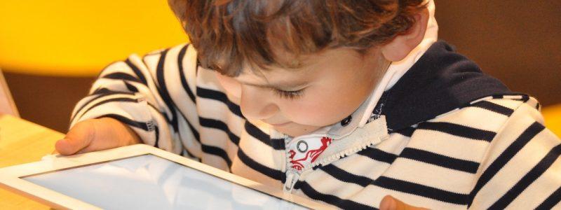 bambino che è assorto dal tablet