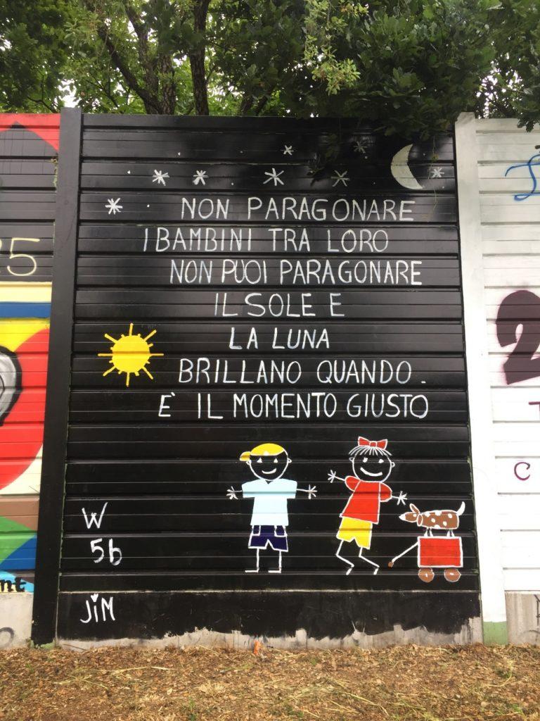 murales con scritta Non paragonare i bambini tra loro. Non puoi paragonare il sole e la luna. Brillano quando è il momento giusto.