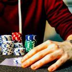 ragazzo che gioca d'azzardo